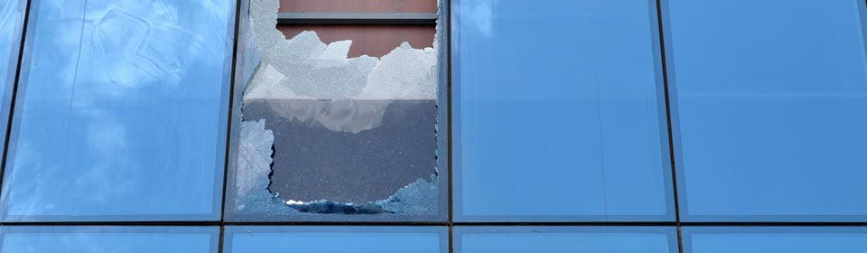 glaszetter vervangt kapot raam
